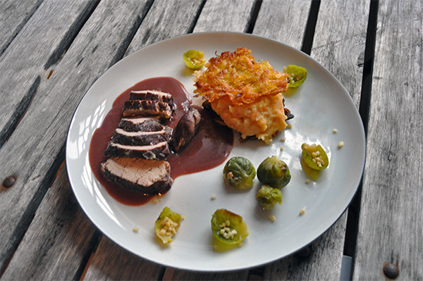 Mørbrad med solbærsauce, kaftofler og rosenkål